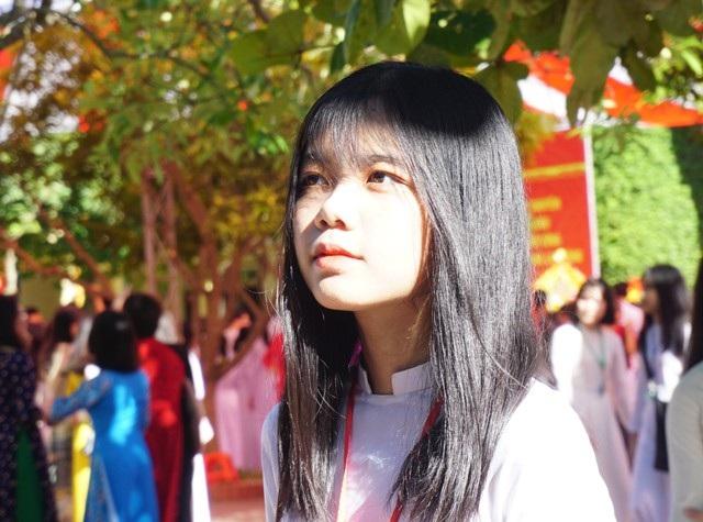 Vẻ xinh đẹp thuần khiết của nữ sinh Trường THPT chuyên Phan Bội Châu trong ngày khai giảng.