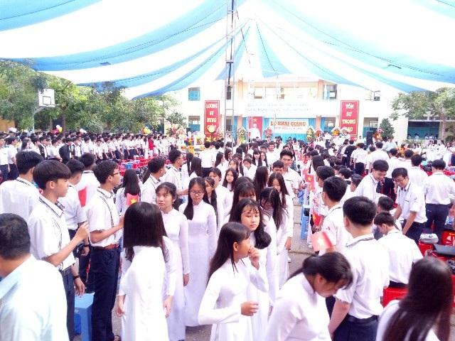 Học sinh lớp 10 Sóc Trăng sôi nổi dự khai giảng đầu cấp. (Ảnh: Xuân Lương)