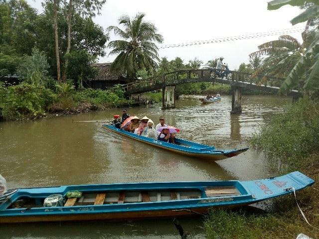 Học sinh Cà Mau đi xuồng máy đến trường khai giảng - 1