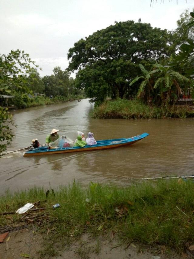 Học sinh Cà Mau đi xuồng máy đến trường khai giảng - 5