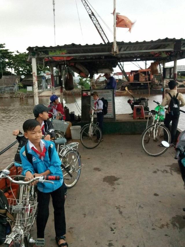 Học sinh Cà Mau đi phà qua sông đến trường dự khai giảng.