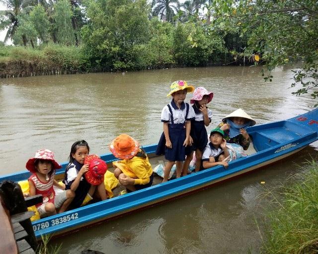 Học sinh Cà Mau đi xuồng máy đến trường khai giảng - 7
