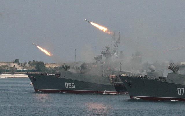 Các tàu hải quân của Nga phóng tên lửa trong một cuộc diễn tập (Ảnh: Reuters)