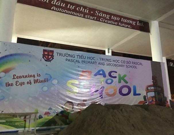 Tại sảnh chính, ngay trước tấm backdrop Back to school chào đón học sinh trở lại trường là đống cát vừa được đổ lên. (Ảnh: Đ. Q).