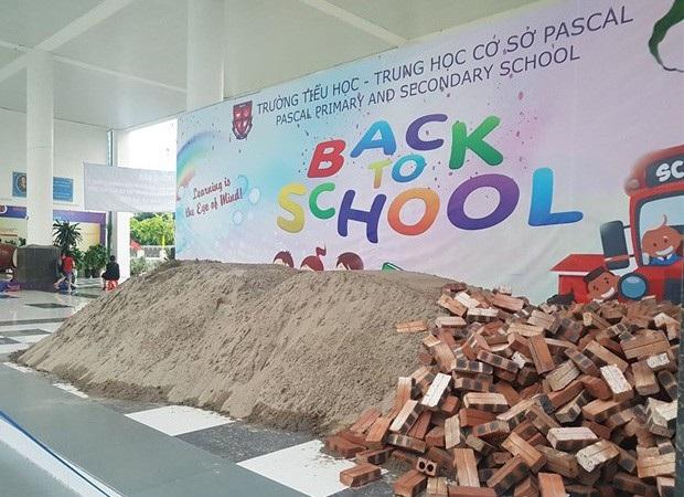 Trường Pascal bị đổ đầy cát gạch trước ngày khai giảng (Ảnh: Đ.Q).