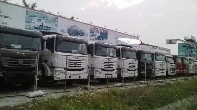 Xe tải Trung Quốc nằm phơi nắng mưa tại đường 5A (Hải Dương)