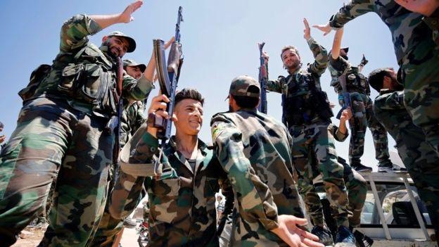 Quân đội chính quyền Syria ăn mừng sau khi giành quyền kiểm soát một số khu vực từ tay phiến quân (Ảnh: AFP)