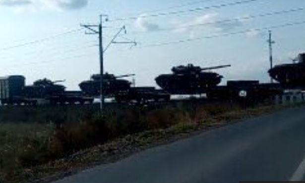 Hình ảnh được cho là xe tăng Nga tiến về biên giới Nga và Ukraine (Ảnh: Strategin Sentinel)