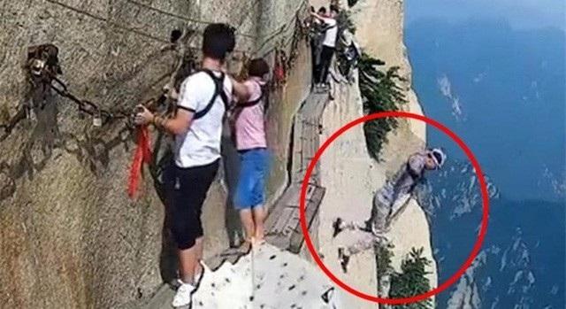 Du khách nam đột nhiên tháo dây an toàn, nhảy xuống vực khi đang chinh phục dãy núi Hóa Sơn nổi tiếng ở Thiểm Tây
