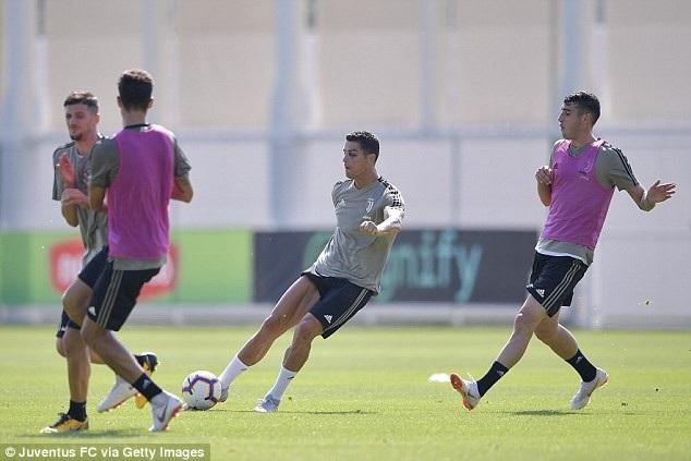 C.Ronaldo tập luyện với một bên mắt bầm tím - 5