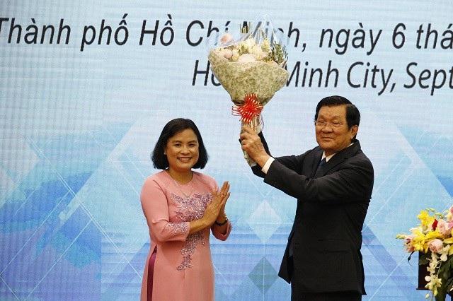 Nữ hiệu trưởng đầu tiên của Trường ĐH Khoa học Xã hội và Nhân văn - ĐH Quốc gia TPHCM tặng hoa đến nguyên Chủ tịch nước Trương Tấn Sang - cựu sinh viên đặc biệt của trường. (Ảnh: Ngọc Phượng)