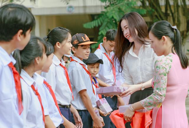 Hoa khôi trao tặng những phần quà cho các em học sinh nghèo, vượt khó của trường.