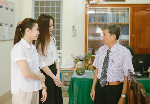 Thanh Tú thân thiện cùng bạn trò chuyện với lãnh đạo nhà trường.
