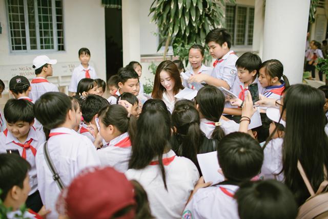 Cô Hoa khôi xinh xắn trong vòng vây mến mộ của các em học sinh.