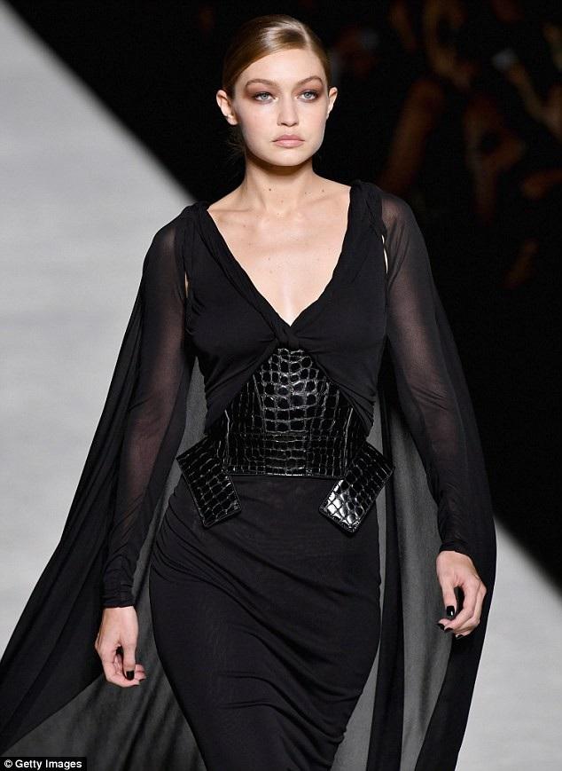 Tham gia trình diễn còn có siêu mẫu Gigi Hadid