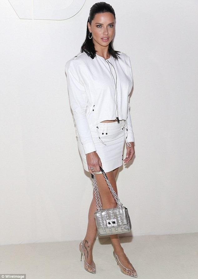 Adriana Lima thanh lịch đi xem show diễn thời trang