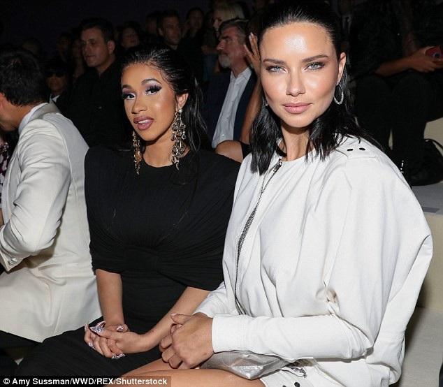 Người đẹp Brazil ngồi hàng ghế đầu bên ca sỹ Cardi B