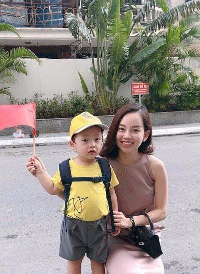 Diễn viên Nhật kí Vàng Anh –  Khánh Ly (Ly Kute) khoe ảnh con trai Khoai Tây trong ngày khai giảng đầu đời. Cậu bé vô cùng đáng yêu nhưng nét mặt vẫn khá bỡ ngỡ trong ngày đầu tới trường lớp.