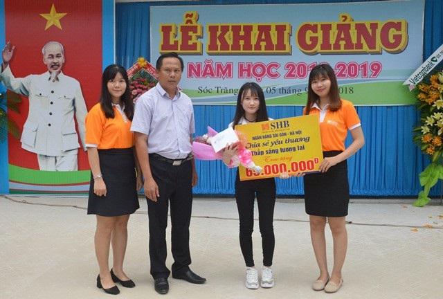Trao học bổng đến em Võ Tiểu Thanh.