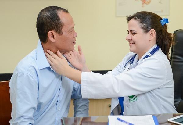 Bác sĩ Lucy đang khám tầm soát ung thư thực quản cho một khách hàng tại Khoa Ung bướu - Bệnh viện Thu Cúc