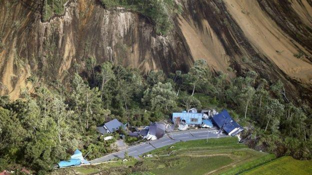 Động đất khiến nhiều nhà cửa bị đổ sập. (Ảnh: Reuters)