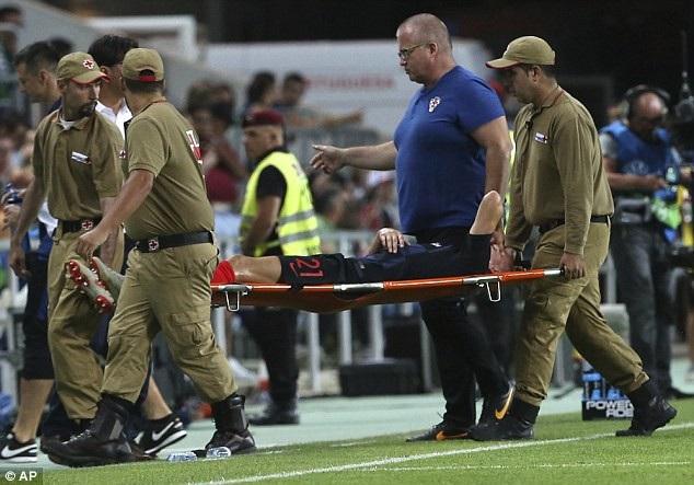 Vida chấn thương nặng rời sân sau pha va chạm
