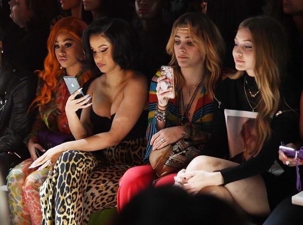 Cô khoe ngực đầy đặn trên hàng ghế VIP bên Paris Jackson và Gigi Hadid