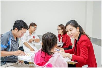Kết nối thường xuyên giữa nhà trường và phụ huynh giúp kiểm soát việc học của trẻ hiệu quả.