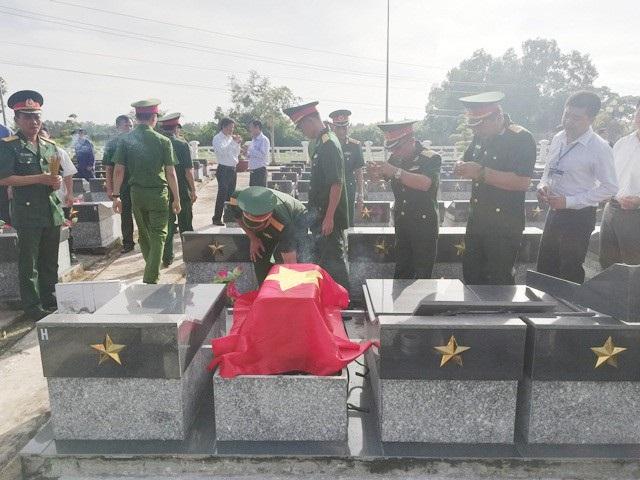 An táng hài cốt nữ liệt sĩ tại Nghĩa trang Liệt sĩ tỉnh Bạc Liêu.