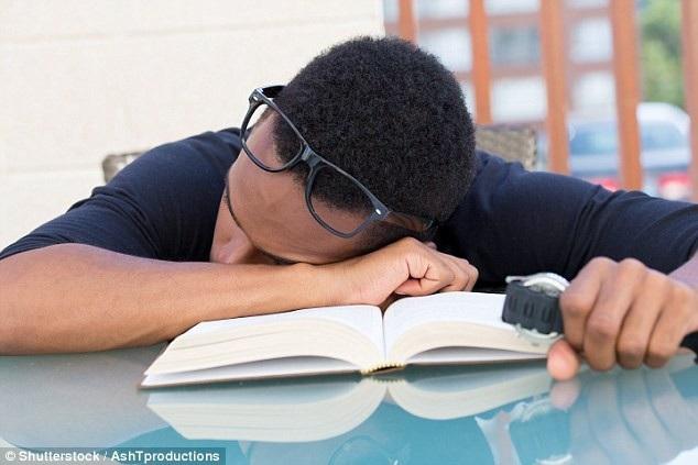 Những trẻ không ngủ đủ giấc sẽ có thành tích học tập kém hơn và hay nghỉ học hơn