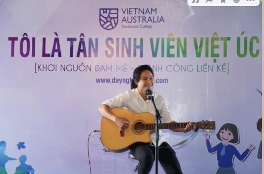 Anh chàng đầu bếp đa tài tại Trường Việt Úc với cây đàn guitar và cất vang bài hát của Trường Việt Úc.