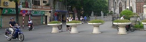 Trường THCS Hoàn Kiếm có lối vào rộng rãi do sử dụng một phần quảng trường Nhà Thờ