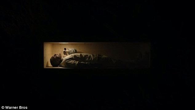 """MV """"Self Care"""" ra mắt hồi tháng 7 năm nay có phần hình ảnh khắc họa Mac Miller nằm trong quan tài đọc rap."""