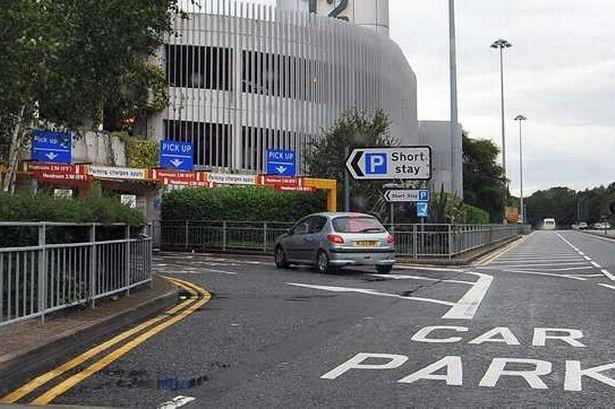 Khu vực đưa đón khách tại sân bay Manchester, Anh