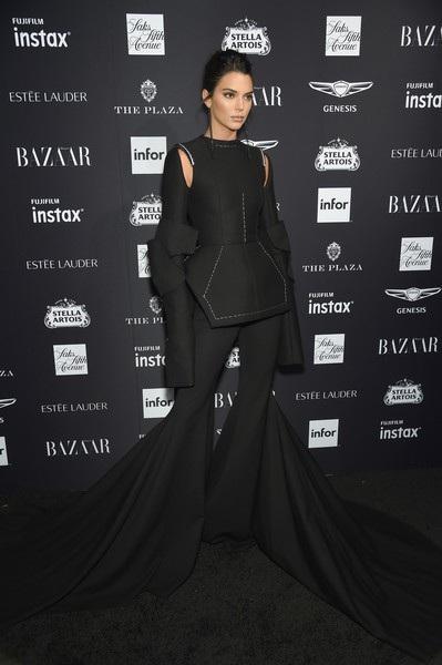 Siêu mẫu 23 tuổi diện bộ đồ đen lạ mắt với quần ống loe cách điệu