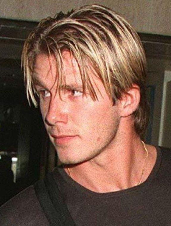 1998: Mái tóc nhuộm vàng theo đúng mốt ở thời điểm bấy giờ, lúc này, Beckham đã gắn bó với vợ tương lai - nữ ca sĩ Victoria - thành viên của nhóm nhạc nữ Spice Girls. Anh nhanh chóng bắt kịp phong cách thời thượng để phù hợp với bạn gái làm việc trong lĩnh vực giải trí.