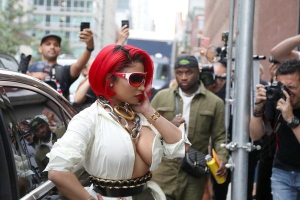 Nicki Minaj với chuỗi vòng cổ lạ mắt và to bản.