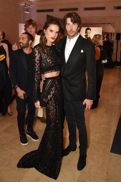 Siêu mẫu Alessandra Ambrosio sánh đôi bạn trai mới dự tiệc