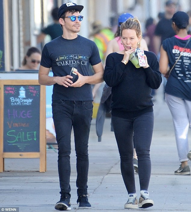 Hilary Duff dạo phố cùng bạn trai, Matthew Koma, ngày 7/9.