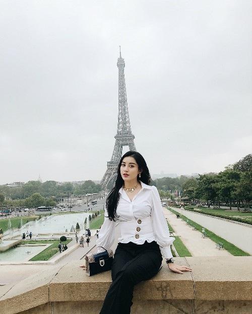 Á hậu Huyền My đang tung tăng vui vẻ tại Paris, á hậu chọn trang phục trắng đen khá đơn giản và nữ tính.