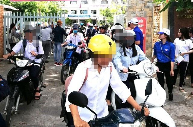 Ban ATGT Bạc Liêu yêu cầu xử lý nghiêm trình trạng học sinh không đội mũ bảo hiểm khi đi trên xe máy, xe đạp điện,... (Ảnh minh họa)