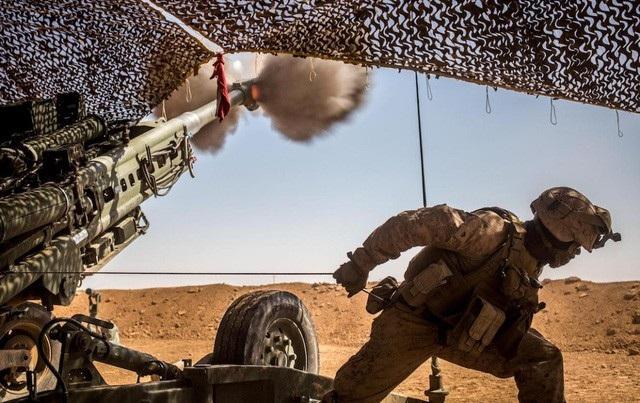 Một lính thủy đánh bộ Mỹ phóng lựu pháo M777 trong đợt tấn công nhằm vào các phần tử khủng bố ở phía bắc Syria. (Ảnh: Thủy quân lục chiến Mỹ)