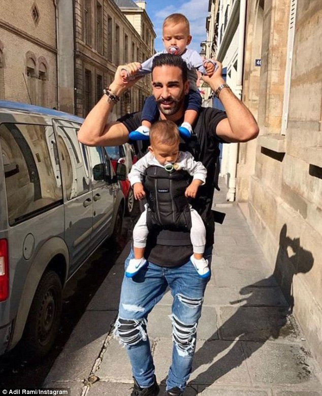 Adil Rami, mới 32 tuổi, là bố của cặp sinh đôi hai trai, hiện được 2 tuổi.