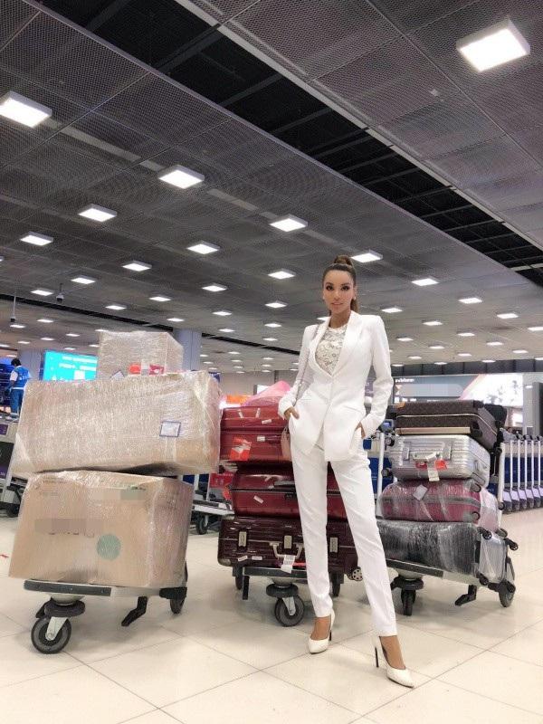 Khi vào sân bay, Khả Trang thu hút tất cả mọi cặp mắt bởi chiều cao khủng của người đẹp cao gần 1m80, đôi chân dài 1,14m và khối hành lý ngồn ngộn. Khả Trang tiết lộ, trong hành lý của cô chiếm chỗ nhiều nhất là trang phục dân tộc, các trang phục mà Ban tổ chức yêu cầu cũng rất nhiều. Khả Trang mang theo nón lá Việt Nam để tặng các bạn thí sinh.