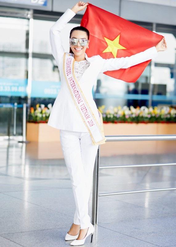 ... và thể hiện sự tự tin khi cầm quốc kỳ Việt Nam giương cao tại sân bay.