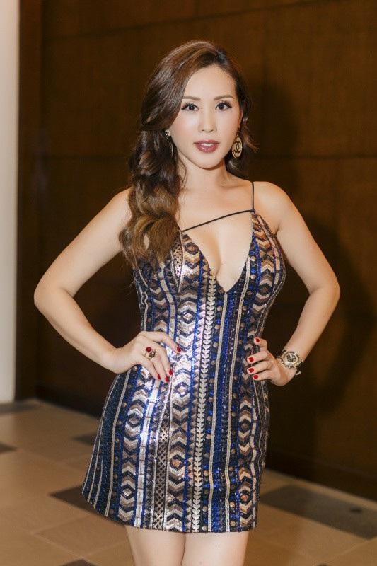 Tham dự tiệc còn có Hoa hậu Phu nhân Thế giới người Việt 2012 Thu Hoài. Phong cách ăn mặc sexy của Thu Hoài gây chú ý với quan khách. Mặc dù đã 42 tuổi và có 3 con lớn nhưng chị vẫn có ngoại hình trẻ trung đáng ngưỡng mộ. Người đẹp diện váy ngắn cũn với chi tiết xẻ ngực táo bạo, khoe vòng 1 đầy đặn khiến nhiều vị khách ngước nhìn.