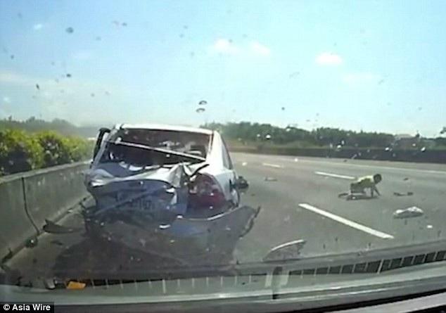 Cậu bé 11 tuổi bị văng khỏi xe sau khi chiếc xe bị lộn nhiều vòng do va chạm mạnh