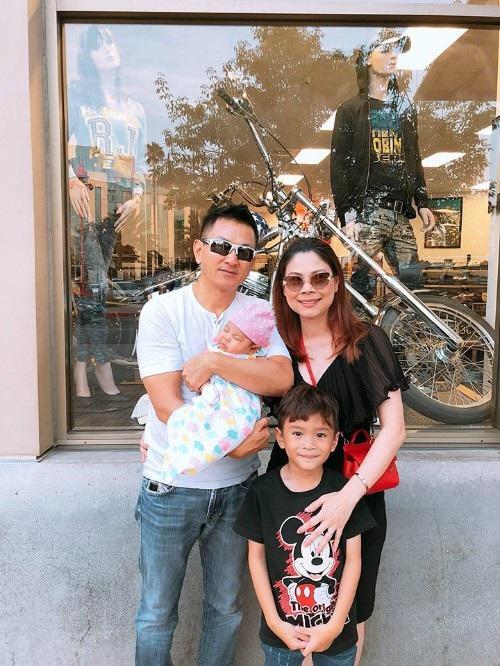 Gia đình nhỏ của ca sĩ Thanh Thảo đi chơi, dạo phố vào dịp nghỉ lễ tại Mỹ.