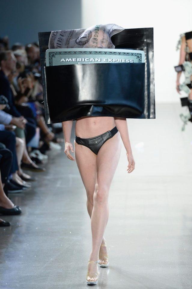 Một chiếc áo? Có thể tin rằng thiết kế này ít nhất giúp người mặc tránh mưa nắng khá tốt.