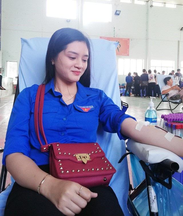 Huỳnh Ngọc Như đang tham gia hiến máu tình nguyện.